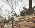 Passeres d'accés a les aules de parvulari des de l'àrea d'aparcament. Escola Thau Barcelona | Premis FAD  | Ciudad y Paisaje