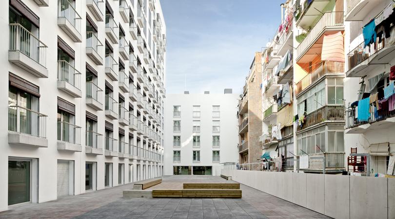 Edifici de 127 habitatges protegits, equipaments, locals i 78 places d'aparcament al raval de barcelona | Premis FAD 2011 | Arquitectura